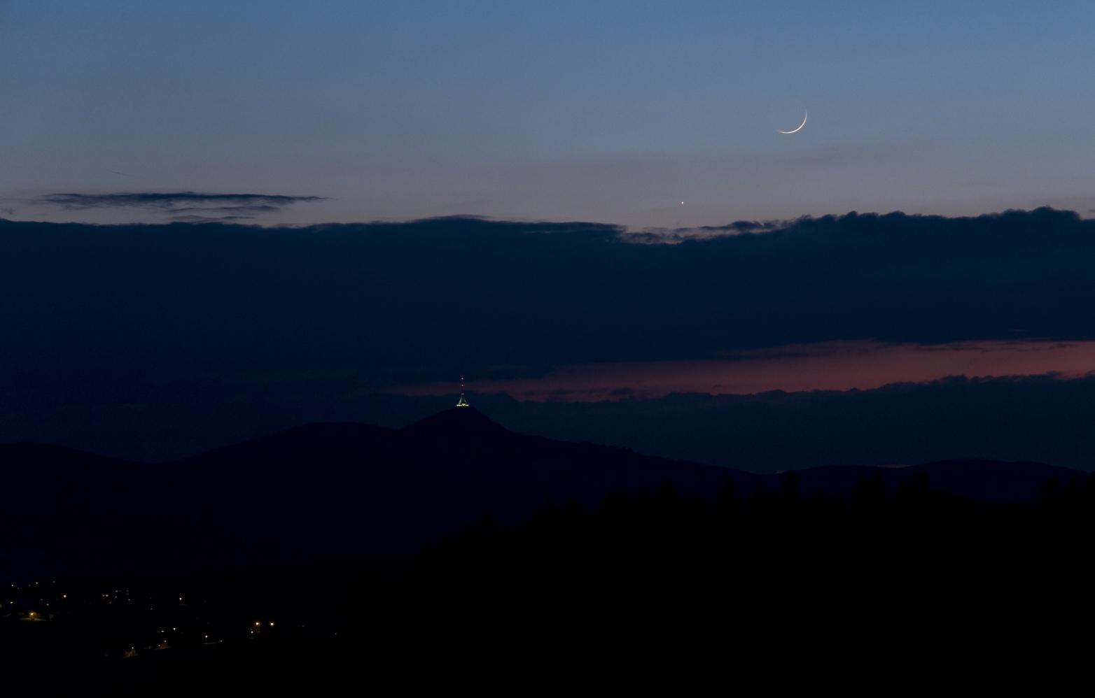 Měsíc a Jupiter nad Ještědem 22. dubna 2012