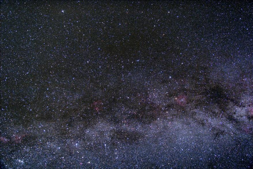 Mléčná dráha a temné mlhoviny táhnoucí se až k Polárce