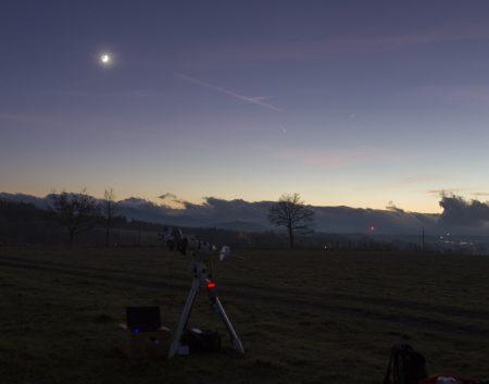 Momentka přímo z akce - montáž s dalekohledy a notebook s kamerkou míří zrovna na Měsíc.
