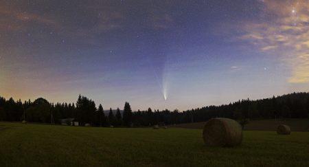 Kometa 18. 7. ve 2:10 SELČ. Panorama z šesti snímků (3+3 ve dvou řadách). Canon 6D, Sigma Art 35 mm, clona 2, ISO1600, exp. 1 min