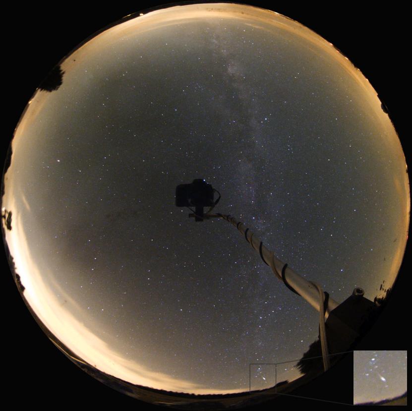 Bolid z roje Perseid na snímku přes celooblohové zrcadlo 12.8.2012