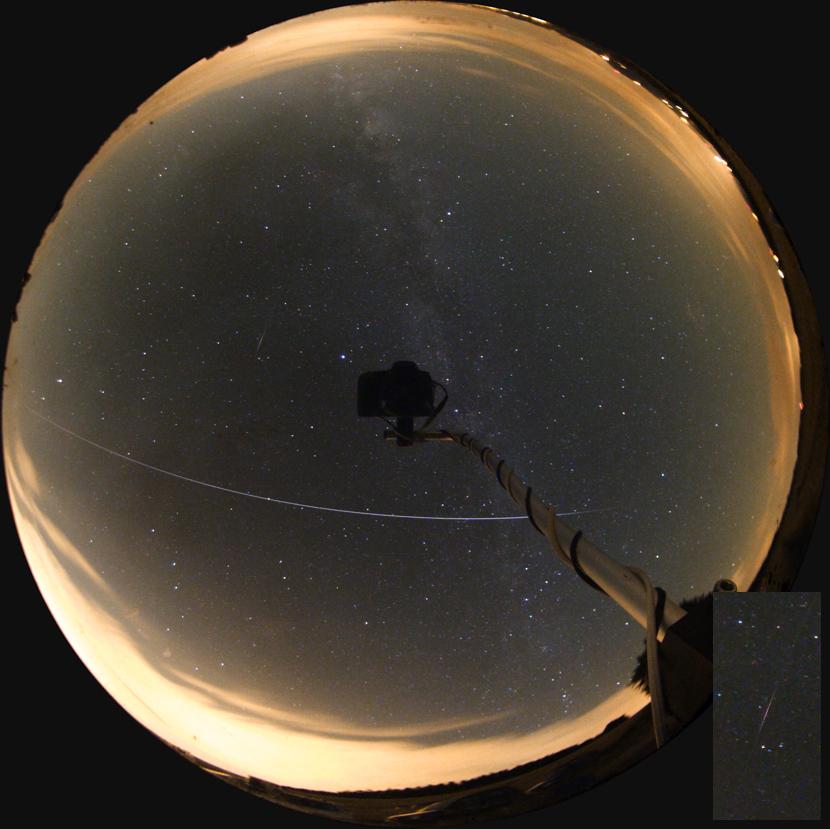 Přelet ISS a záblesk jiné družice na snímku přes celooblohové zrcadlo 12.8.2012