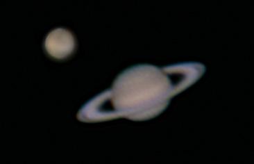 """Mars a Saturn 28. dubna 2012. Snímáno přes SCT 6"""" (150/1500) za okulárem 5 mm. Z videa seskládáno a doostřeno v Registaxu 6."""