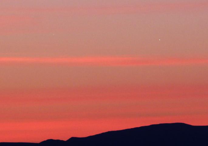 Venuše a slabý Jupiter vlevo od ní