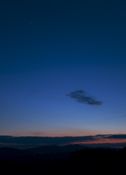 Venuše nahoře, Měsíc dole pod mrakem