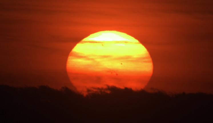 západ Slunce se skvrnami 8.1.2013, výřez, foto: Martin Gembec