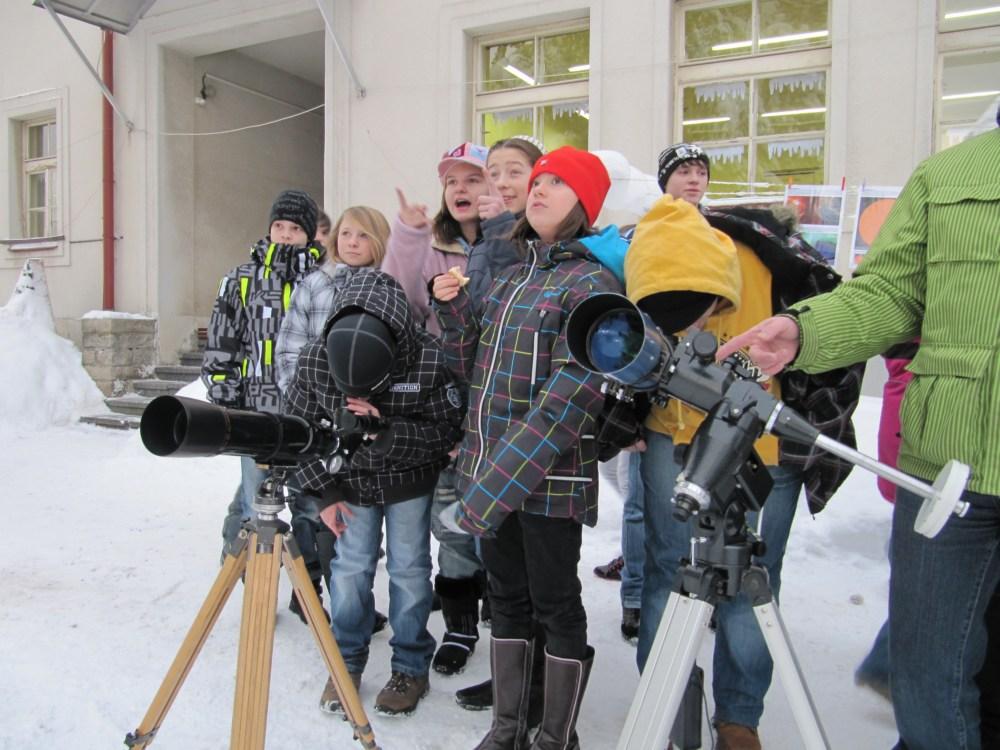 děti ze ZŠ Rýnovice v Jablonci nad Nisou pozorují Slunce