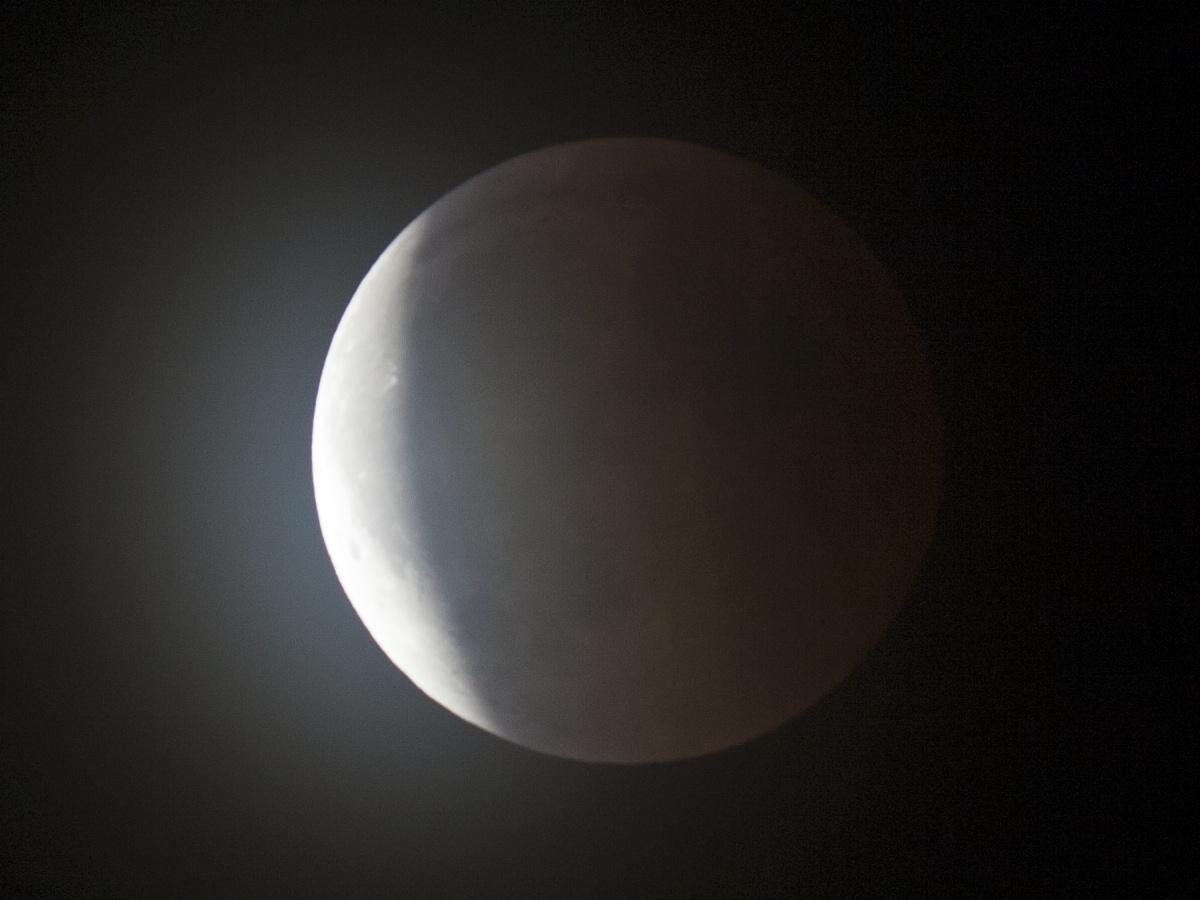 Částečně zatmělý Měsíc ve 23:25 SELČ