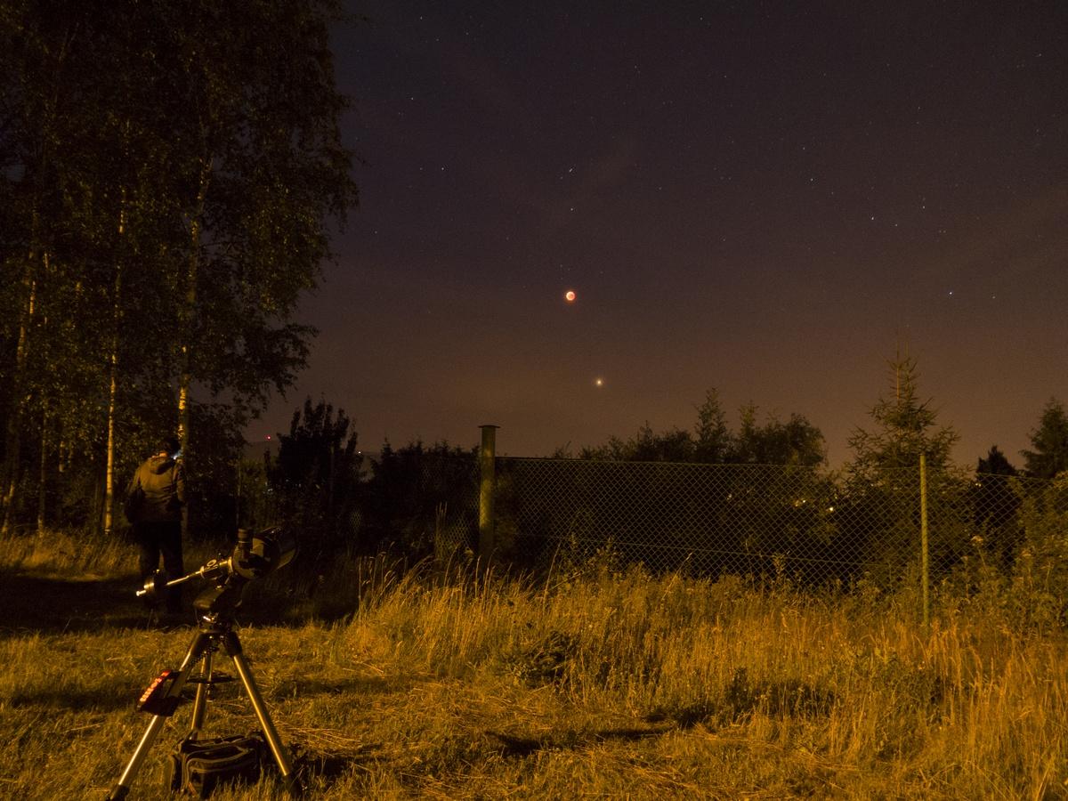 Měsíc a Mars během zatmění ve 22:45 SELČ